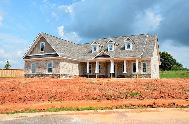 nový velký dům, neupravená zahrádka