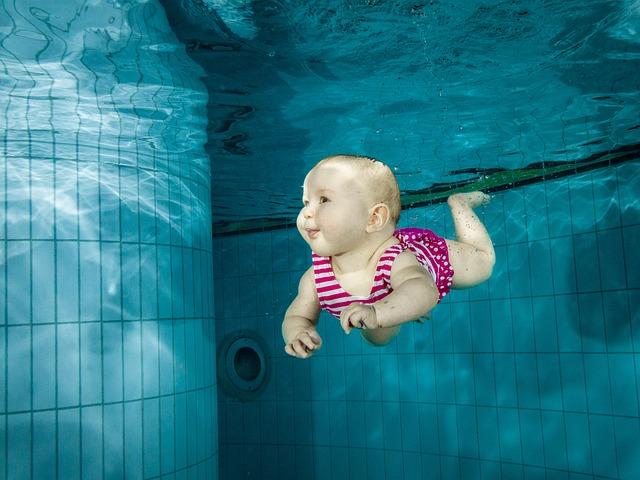 dítě pod vodou