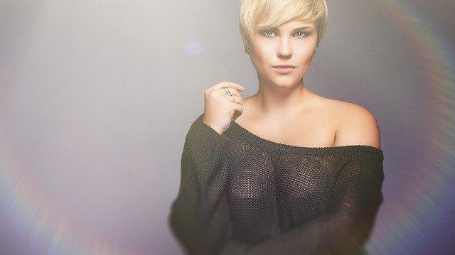 blondýna ve svetříku