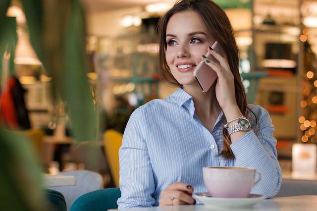telefonování u kávy