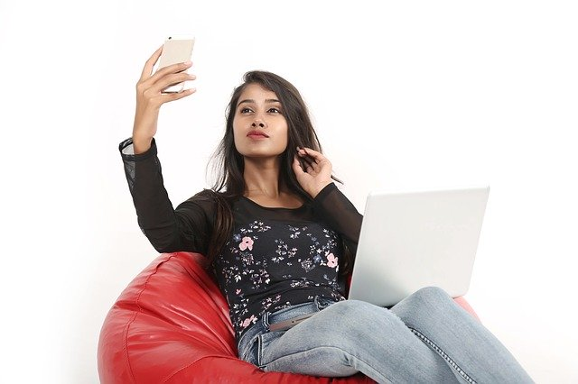 Dívka v sedacím pytli
